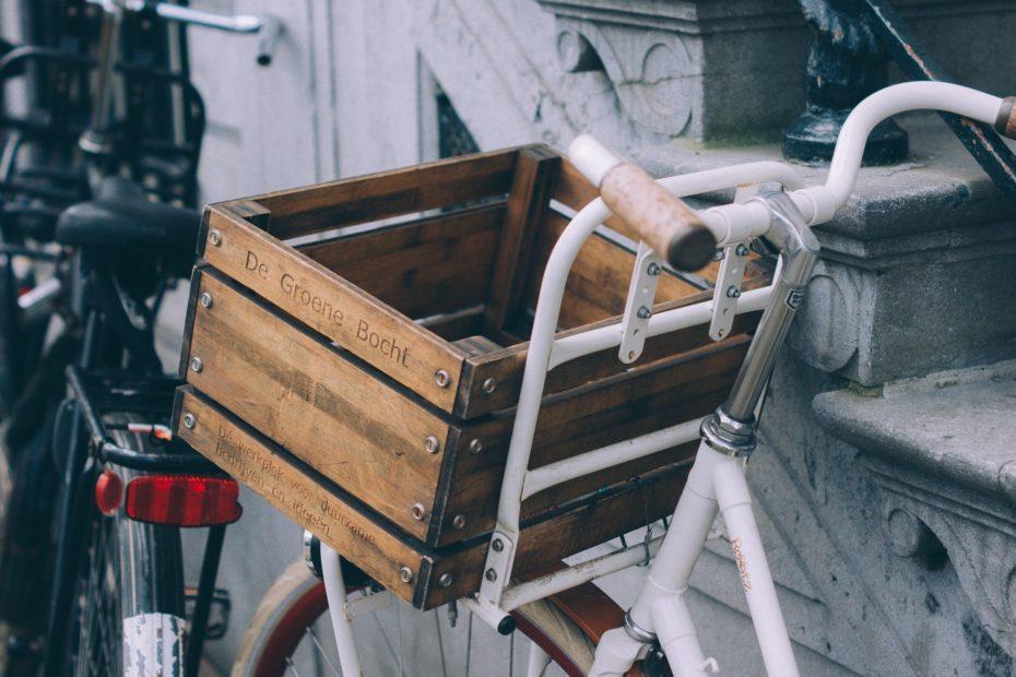 Fahrrad mit Korb am Lenker zum Transport
