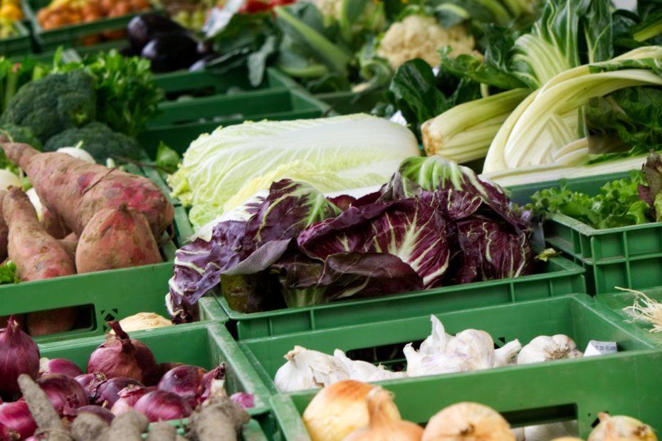 Gemüsekisten auf dem Wochenmarkt